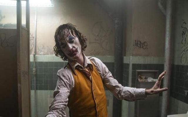 """Image de la danse du Joker (Joaquin Phoenix) dans le film """"Joker""""."""