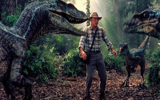 """Image du Professeur Alan Grant ( Sam Neill)  face aux vélociraptors dans """"Jurassic Park 3""""."""