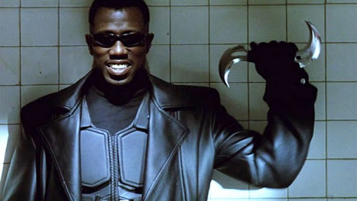 Image de Blade ( Wesley Snipes) qui sourit face au sort qui attend ses enemies.
