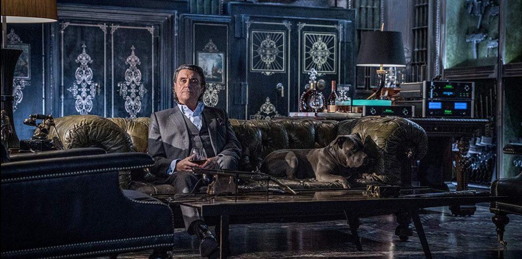 Winston incarné par Ian McShane dans son hôtel, The Continental.