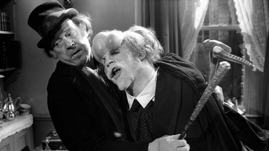"Image de Freddie Jones en tant que Bytes et John Hurt en tant que John Merrick l'Elephant Man dans le film ""Elephant Man""."