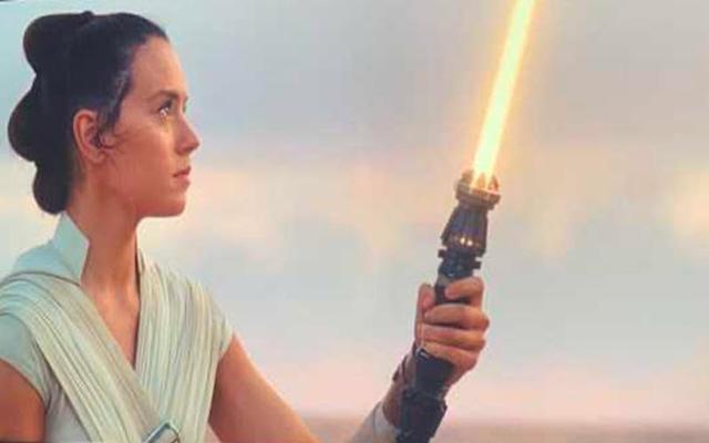Rey avec son sabre laser jaune, image mise en avant