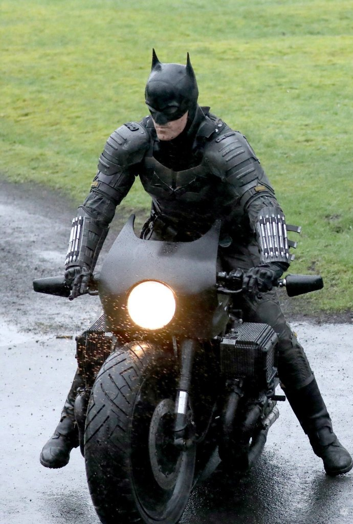 "Image de Robert Pattinson en tant que Batman sur une moto dans ""The Batman"" de Matt Reeves."